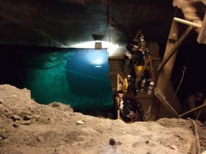 På 85 meters djup ligger vattenytan. Här nere håller grottdykarna till.
