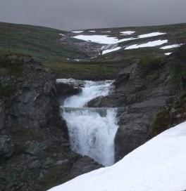Vattenfall. Uppe i bergen fanns det fortfarande kvar en del snö.