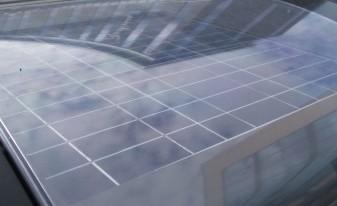 Solcellspanelen på toppen av soptunnan