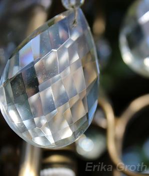 Det var antikloppis i Gamla Uppsala. Kanske var det därför det hängde en kristallkrona i ett träd.