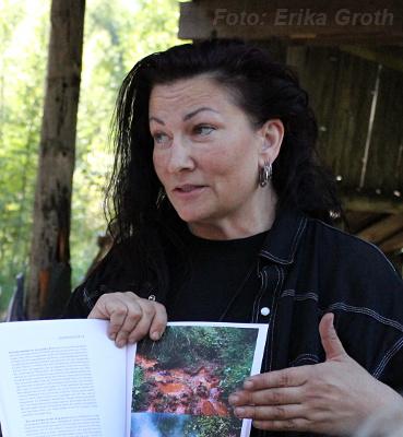 Catrine Tangen som leder projektet att framställa järn på historiskt vis och som var vår guide under besöket.