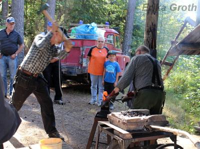 Att framställa sitt eget järn med gammaldags metoder är hårt arbete, men väldigt roligt. Observera dammsugarslangen som leder in luft till elden!