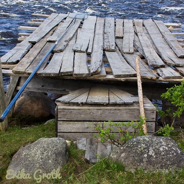 Bryggan såg väldigt ranglig ut. Den var en miniversion av de pator som de bygger i Kukkulaforsen när sikfisket kommer igång på allvar.