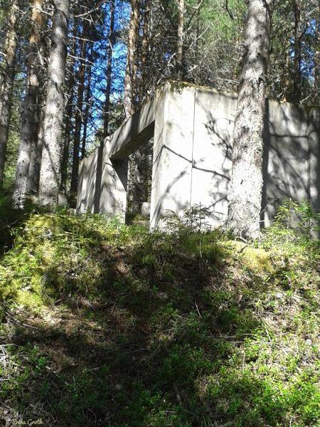 Ruiner i skogen vid Lavergruvan.
