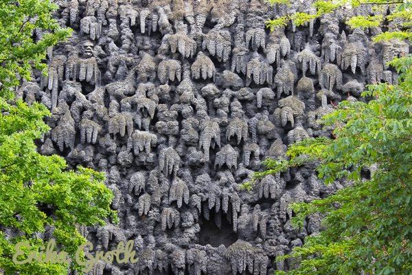 Fejkad stalaktitvägg i en offentlig trädgård.